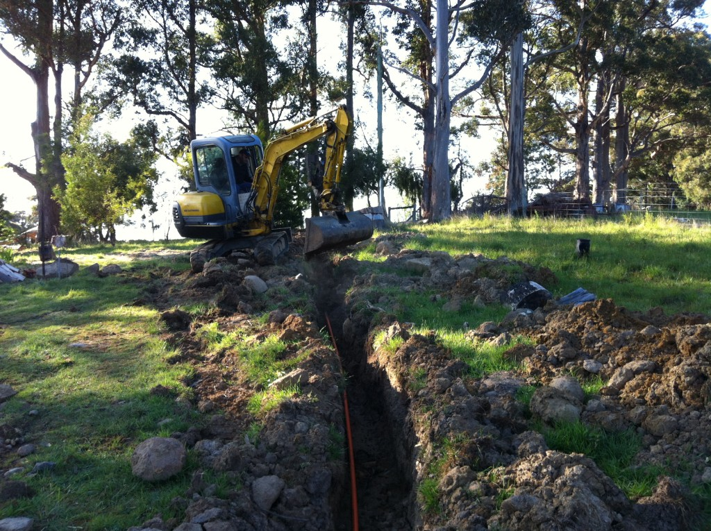 Easier than doing it by hand: the excavator covering in the power cable